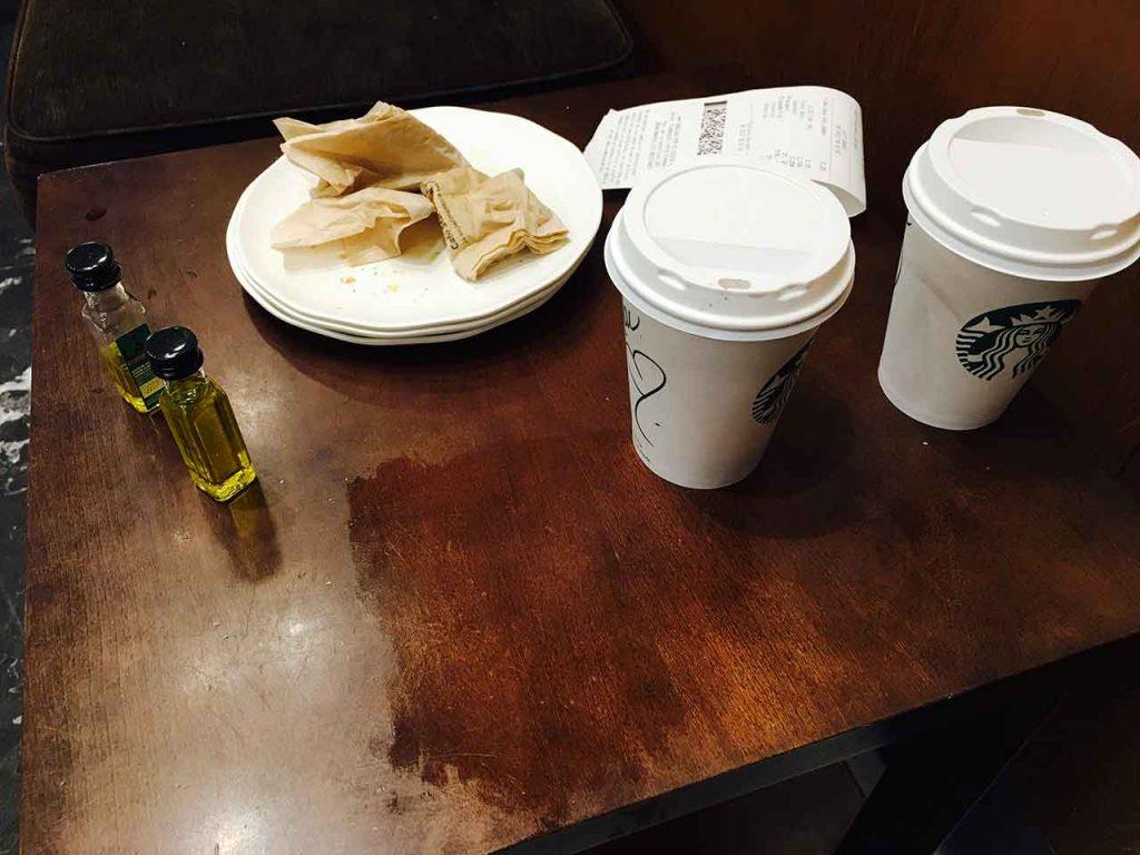 Falta de limpieza en las mesas del Starbucks