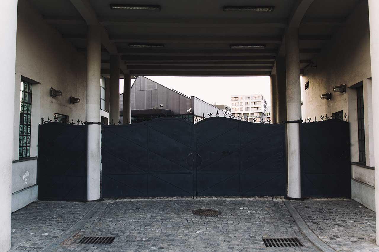 puerta acceso fabrica schindler cracovia polonia